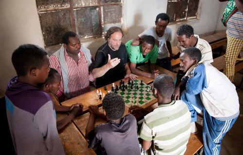 Álvaro van den Brule dando clases en un campo de refugiados